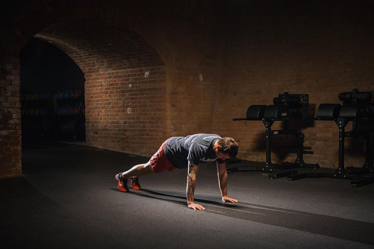pushups richtig ausführen position ganz oben liegestütz