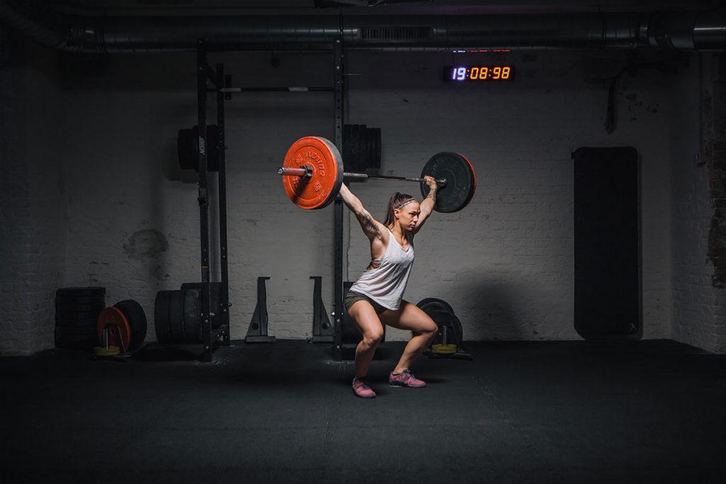 overhead squat richtig ausführen in die hocke gehen