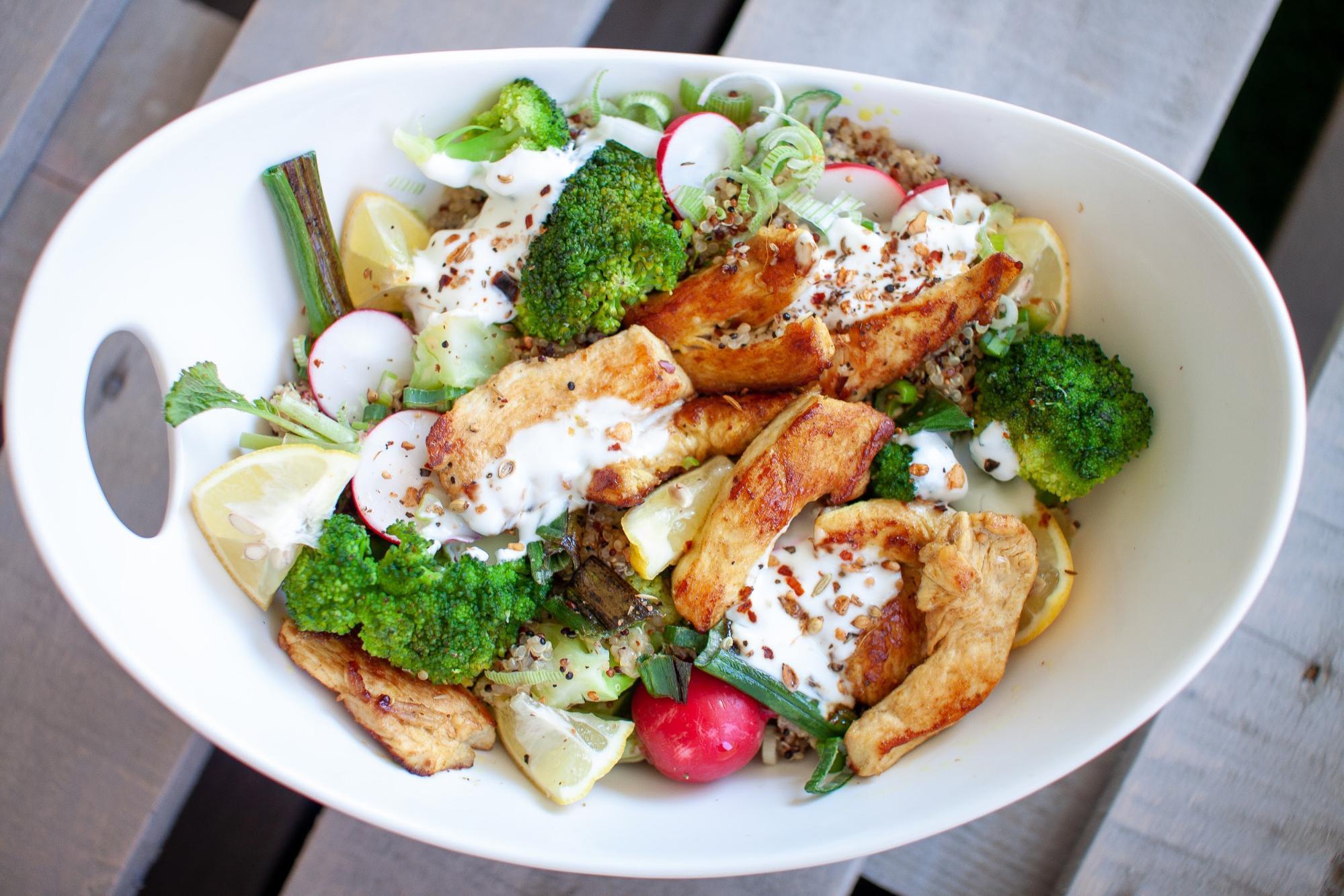 Fitness Einkaufsliste: Reis, Huhn, Brokkoli mit Joghurtsauce mix aus kohlenhydraten, fett und eiweiß in einer speise